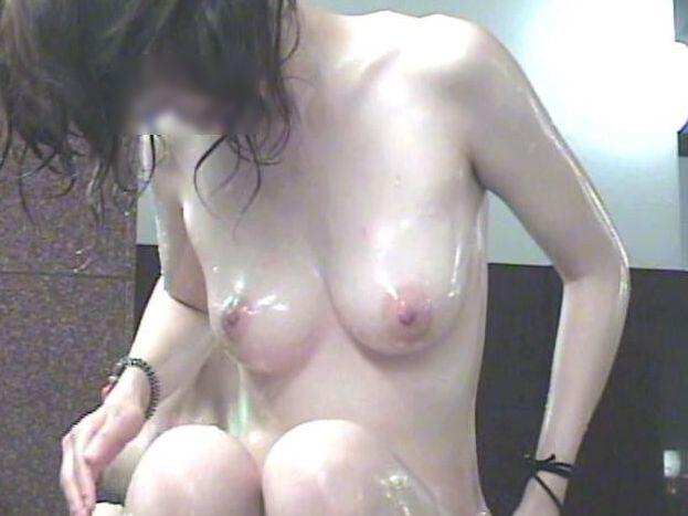 シャワーで濡れた肌が艶かしい!
