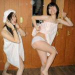 【素人悪ノリエロ画像】女の子同士で陽気におふざけ…楽しそうにしてるからムラムラする!