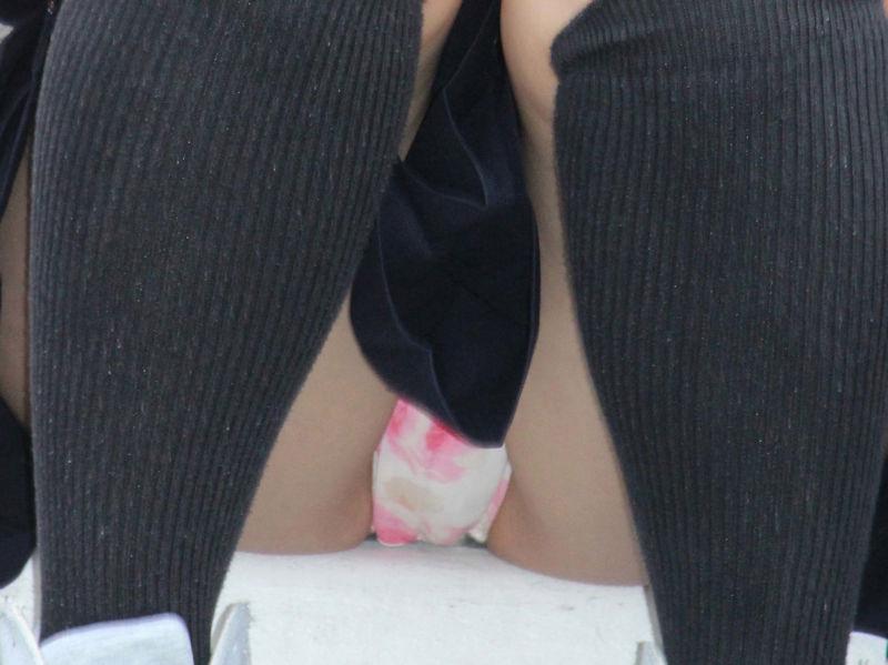可愛いパンツの股間を接写撮り!