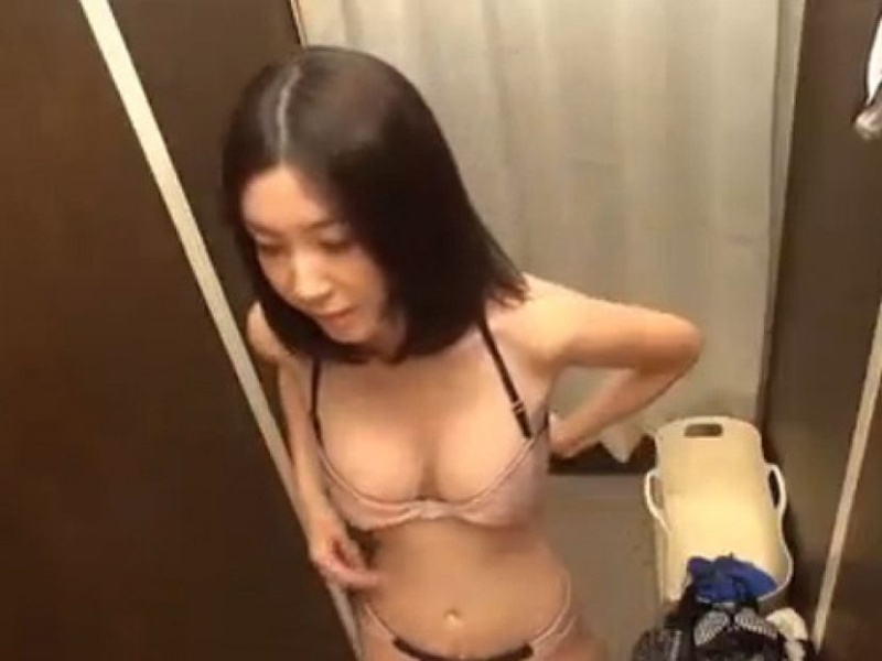 激カワ女性の着替えを覗き中!