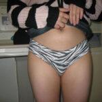 【パンツ見せエロ画像】スカートを捲ってパンチラする女性の仕草に男性は歓喜しまくり!