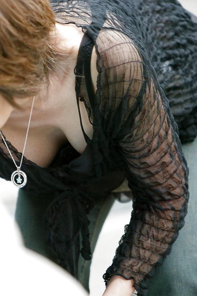 色っぽい女性の胸チラを楽しむ!