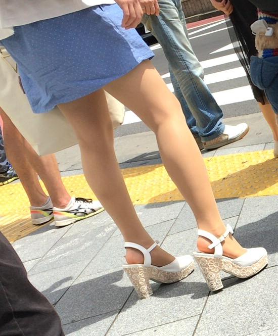 美しい脚はずっと観察できる!
