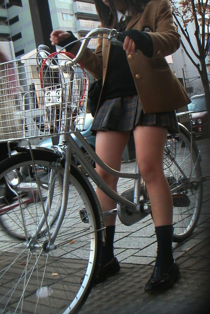 自転車に乗ってる美脚JKを撮影!