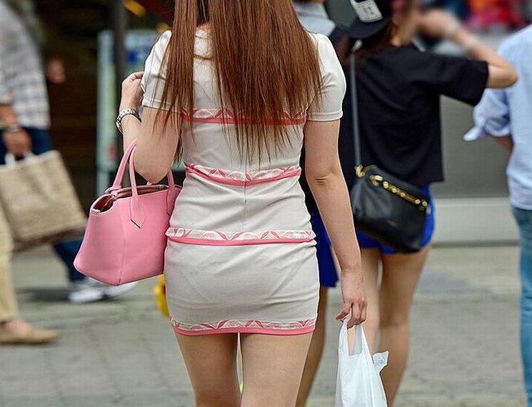 美女の透けてるパンツをガン見!